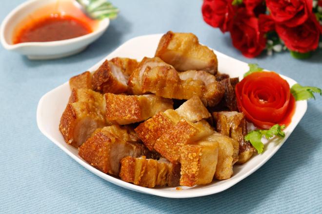 Tuyệt chiêu làm thịt quay giòn bì không cần lò nướng