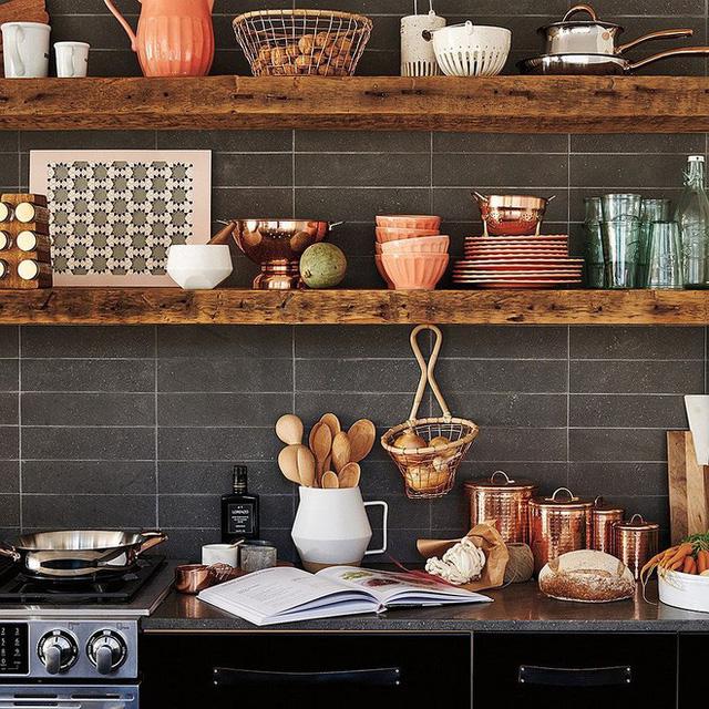 Một gia đình nhỏ sống tại trang trại tư nhân của mình đã lựa chọn chất liệu gỗ cho nhà bếp của họ. Với nhiều dụng cụ nấu ăn cần thiết cho sinh hoạt và cuộc sống chăn nuôi, những bệ gỗ to được sử dụng để lưu trữ đồ đạc, nhưng vẫn hút mắt người xem.