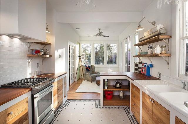 Kệ và tủ gỗ với phong cách mộc mạc cũng sẽ không làm ảnh hưởng đến nhà khách hiện đại bạn nhé.