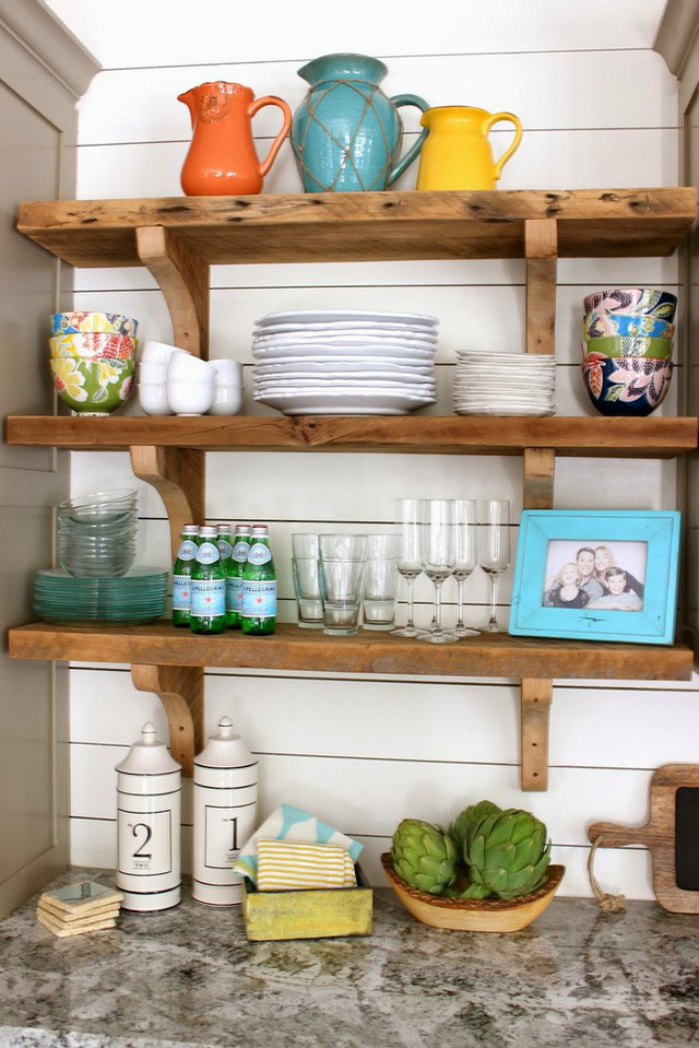 Một kệ gỗ thô mang hơi thở miền quê sẽ giúp phòng bếp nhà bạn ấm cúng hơn.