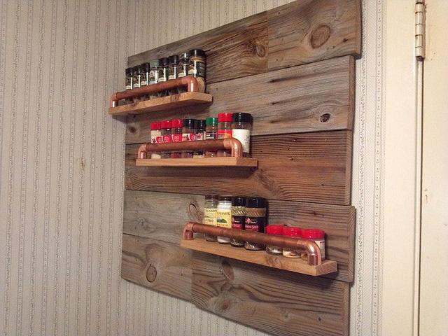 Một ý tưởng độc đáo và lạ mắt mà các bạn nên sử dụng trong nhà bếp của mình. Với việc gắn chặt trên tường như thế này, thiết kế vừa giúp bạn tiết kiệm được không gian lại vừa đáp ứng được yêu cầu thẩm mỹ.