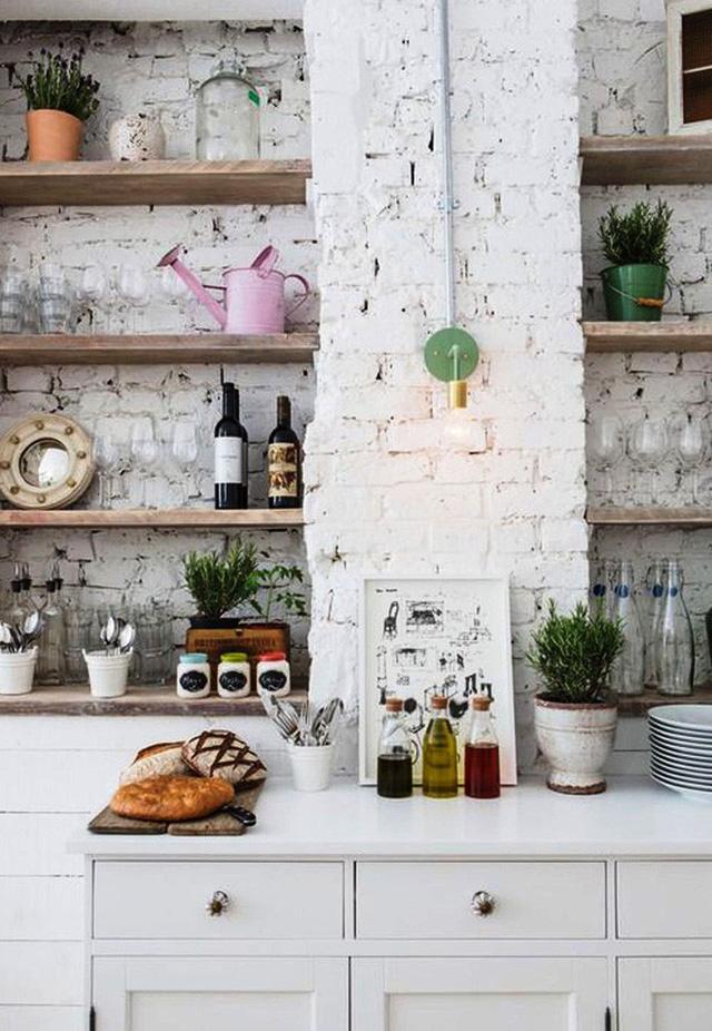 Với việc tạo phong cách vitage thì chất liệu gỗ ứng dụng trong nhà bếp sẽ là nguồn bổ trợ rất tốt. Với gam màu tối thì sự cổ điển, hoài niệm sẽ tiến tới suy nghĩ của bạn ngay từ cái nhìn đầu tiên.