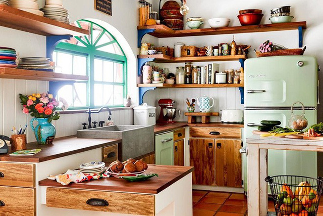 Trong gian bếp này thì chất liệu gỗ được tận dụng cho toàn bộ không gian, từ bàn, ghế, kệ và tủ… tất tần tật đã khiến không gian thêm trang nhã và ấm áp hơn.