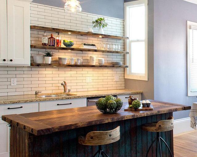 Nếu bạn yêu thích sự tinh tế thì trên những giá gỗ bạn có thể gắn thêm những bóng chèn chiếu sáng cỡ nhỏ. Phòng bếp của bạn sẽ trông lung linh và ấm áp hơn nhiều đấy.