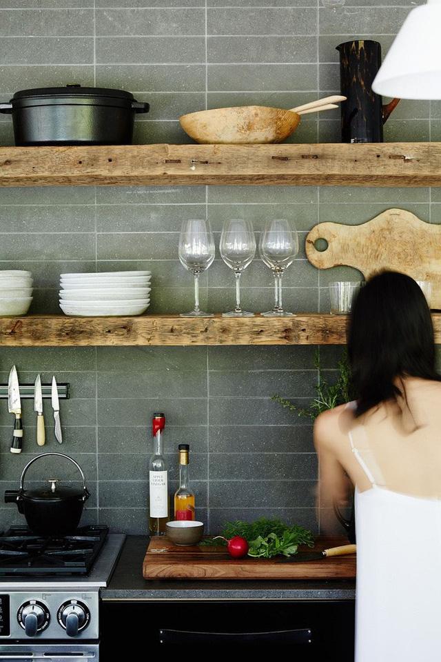 Chất liệu gỗ kếp hợp với tường bằng đá trơn sẽ tạo ra được phong cách đơn giản nhưng hiệu quả cho nhà bếp.