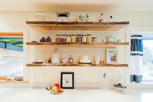 Giá bếp mở bằng gỗ đẹp mắt cũng giúp bạn lưu trữ và tìm kiến những đồ dùng gia dụng một cách dễ dàng hơn.