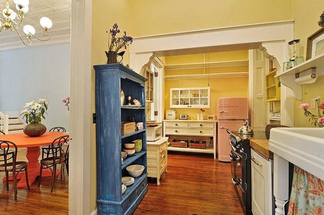 Đôi khi những giá này cũng không cần thiết phải gắn lên tường. Bạn có thể tự tạo cho mình một tủ đựng bằng gỗ đẹp mắt với màu sơn sáng và đậm.