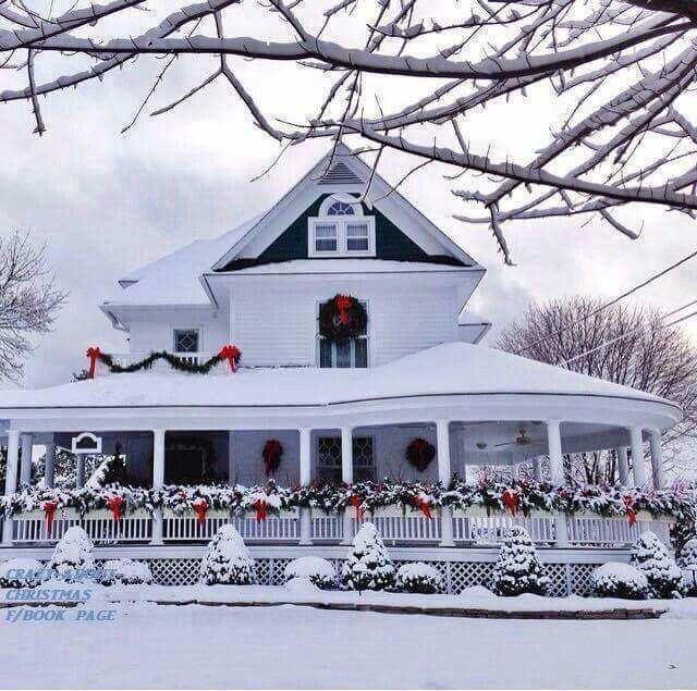 Những lớp tuyết dày không thể che phủ hết được những chiếc nơ và hoa trạng nguyên màu đỏ rực rỡ được trang trí quanh căn biệt thự hoành tráng này.