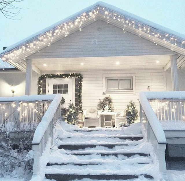 Còn ngôi nhà này thì gợi lên cảm giác xa hoa nhờ màu trắng tinh khiết từ cửa, bàn ghế, màu sơn hòa lẫn cùng màu tuyết trắng.