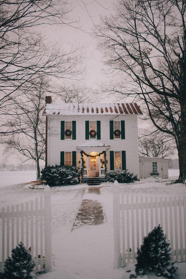 Có người đặt tên cho bức ảnh này là Noel qua khung cửa. Không quá lộng lẫy nhưng những ô cửa sổ, cửa chính, cổng ra vào đều nổi bật với màu xanh đặc trưng của cây thông Noel giữa tuyết trắng.