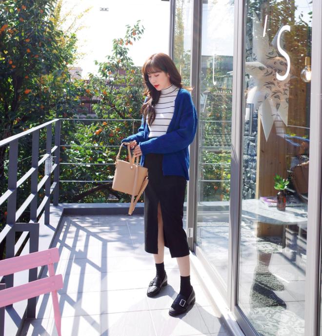 Áo len + chân váy: kết hợp thế nào để vừa ấm áp vừa gợi cảm, nữ tính trong đông này - Ảnh 16.