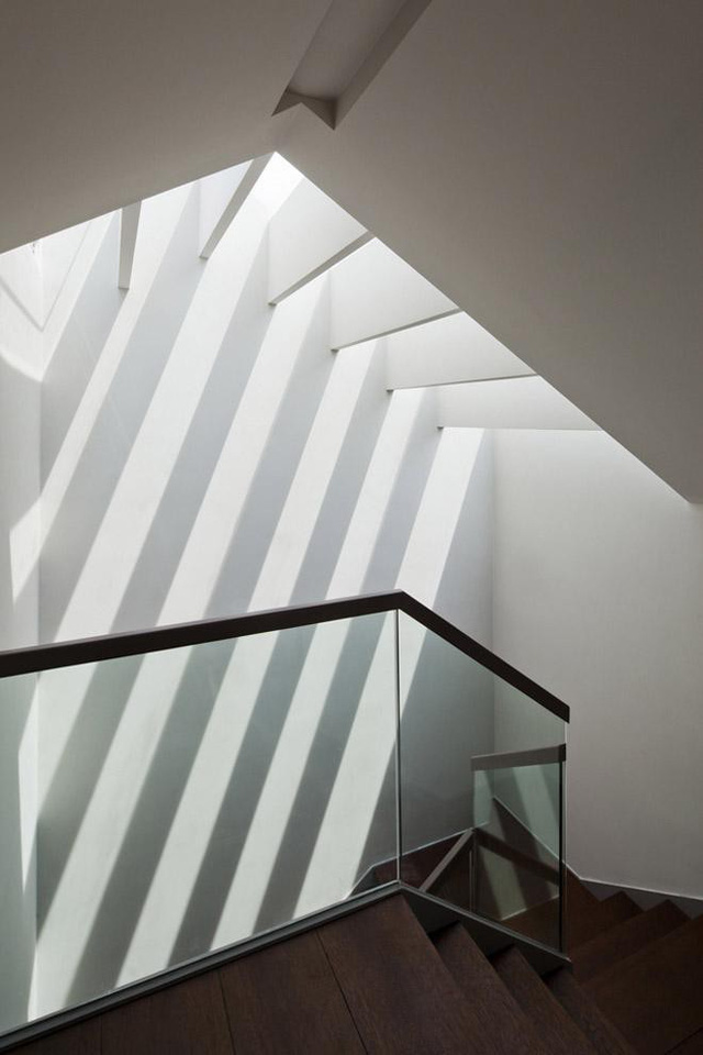 Khu vực cầu thang cũng tràn ngập ánh sáng.