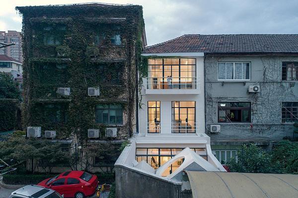 Ngôi nhà nổi bần bật giữa dãy phố cổ kính.