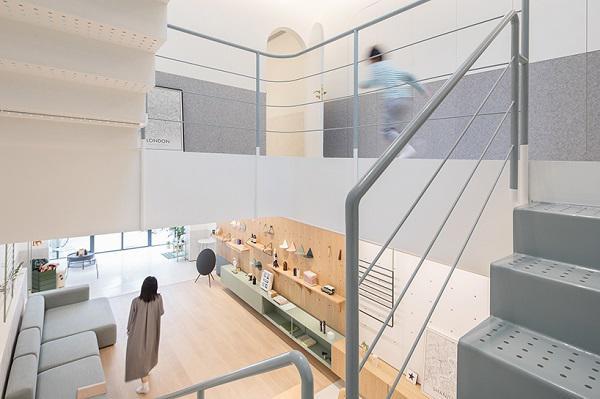 Những bậc thang bằng sắt được sơn cùng gam màu pastel với nội thất trong nhà dẫn lên các tầng trên.