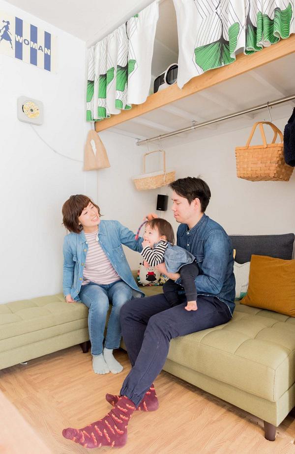 Vợ chồng anh chị Tomoshi - Yuki và con gái bên ngôi nhà nhỏ.