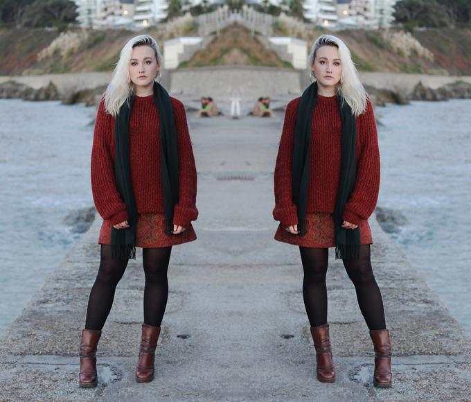 Nổi bật trong xu hướng màu sắc ở mùa mới là điểm nhấn ấn tượng của gam dark red. Nó được thể hiện trên các kiểu áo len, chân váy da, bốt da để giúp phái đẹp thỏa sức phối đồ mùa đông.