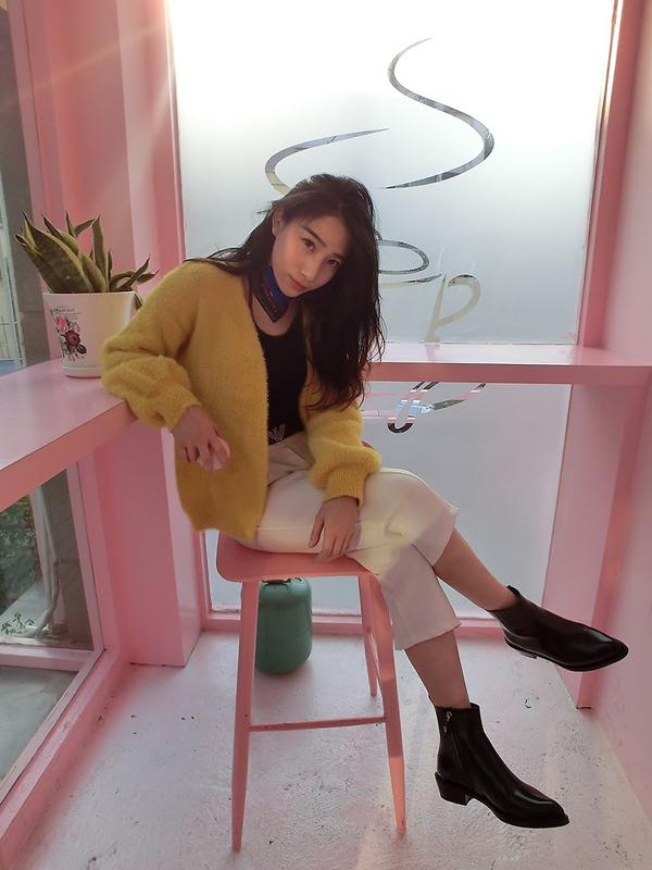 Đối với những bạn gái châu Á vốn có làn da trắng sứ thì màu vàng mơ, vàng mù tạt hay vàng tươi luôn giúp họ tôn ưu điểm.