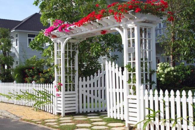 Hàng rào trắng lãng mạn tô điểm cho những ngôi nhà vườn đẹp nên thơ - Ảnh 9.