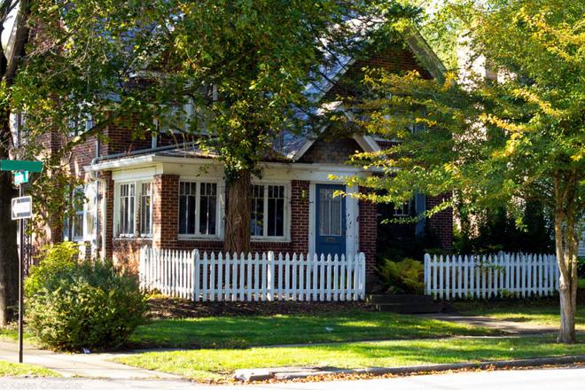 Hàng rào trắng lãng mạn tô điểm cho những ngôi nhà vườn đẹp nên thơ - Ảnh 10.