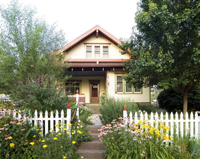 Hàng rào trắng lãng mạn tô điểm cho những ngôi nhà vườn đẹp nên thơ - Ảnh 17.
