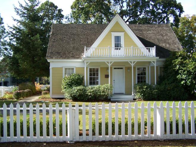 Hàng rào trắng lãng mạn tô điểm cho những ngôi nhà vườn đẹp nên thơ - Ảnh 1.