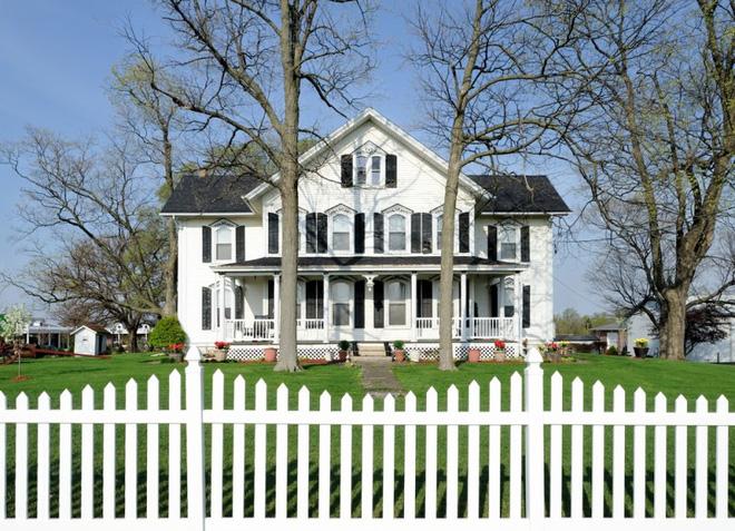 Hàng rào trắng lãng mạn tô điểm cho những ngôi nhà vườn đẹp nên thơ - Ảnh 2.