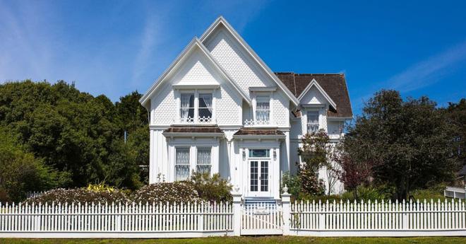 Hàng rào trắng lãng mạn tô điểm cho những ngôi nhà vườn đẹp nên thơ - Ảnh 4.