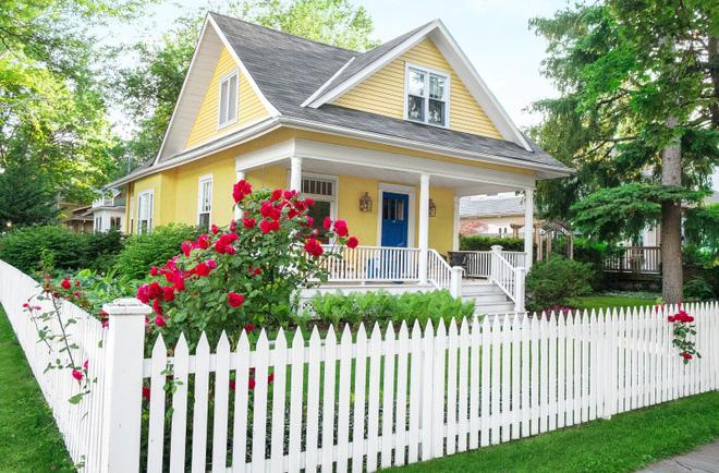 Hàng rào trắng lãng mạn tô điểm cho những ngôi nhà vườn đẹp nên thơ - Ảnh 7.