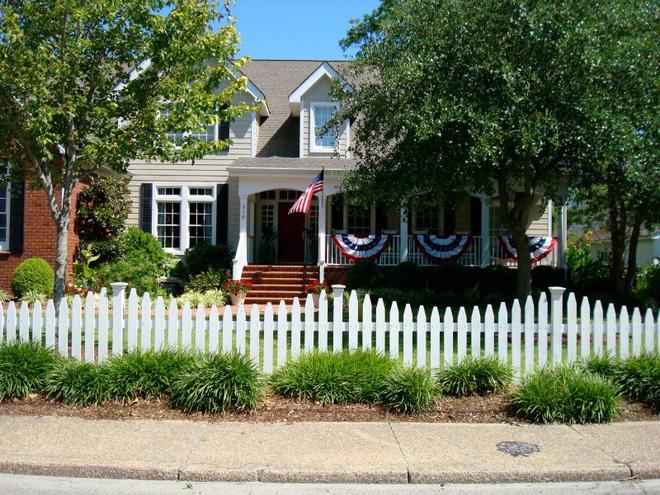 Hàng rào trắng lãng mạn tô điểm cho những ngôi nhà vườn đẹp nên thơ - Ảnh 8.