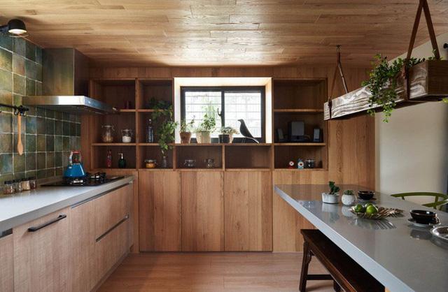 Bếp được thiết kế thêm góc bàn ăn nhỏ xinh song song với nơi nấu nướng, là nơi giúp hai vợ chồng vừa ăn sáng vừa trò chuyện bắt đầu một ngày mới nhiều hứng khởi và yêu thương.