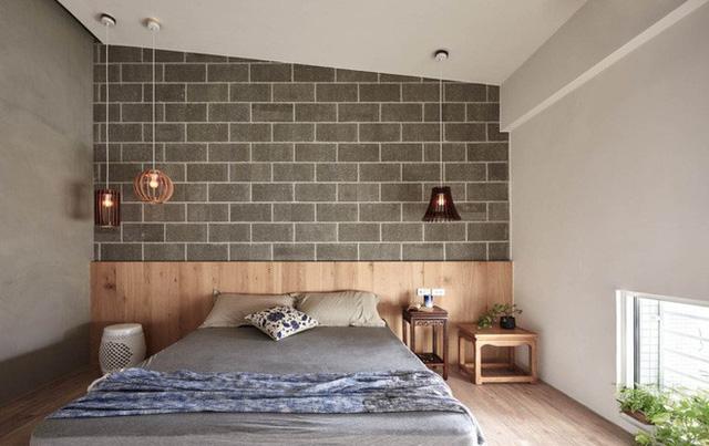 """Vì mái nằm nghiêng nên kiến trúc sư đã khéo léo tận dụng """"ưu điểm"""" này để tạo nên không gian nghỉ ngơi đẹp tự nhiên, bình dị từ màu sắc đến nội thất. Toàn bộ không gian được thiết kế gạch ốp tường làm điểm nhấn, một phần tường màu ghi xám giúp nội thất màu gỗ thêm tinh tế."""