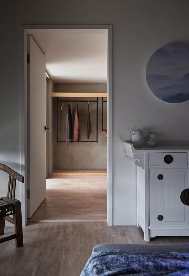 Đối diện với giường ngủ là căn phòng nhỏ xíu được sử dụng với chức năng cất trữ đồ đạc, quần áo.