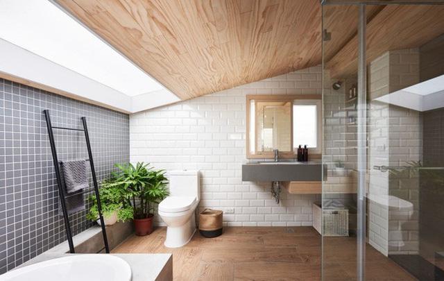 Khu vực bồn tắm được chiếu sáng bởi trần kính, sàn nhà sử dụng gỗ mộc tăng vẻ đẹp tự nhiên, mang cảm giác thư giãn và dễ chịu hơn cho mọi người khi sử dụng.