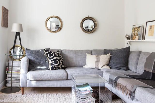 Bạn có thể sử dụng một số tấm gương nhỏ làm vật trang trí trong phòng khách. Gương cũng là vật dụng tạo cảm giác không gian trở nên rộng mở, có chiều sâu hơn.