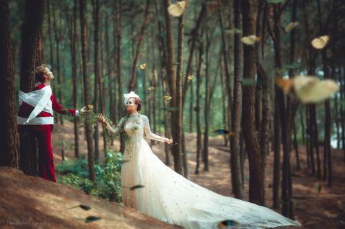 Cặp đôi liều mình thực hiện bộ ảnh cưới siêu thực cực khó - 1