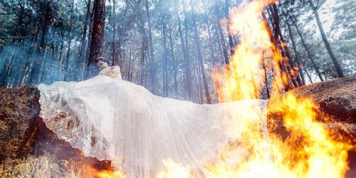 Cặp đôi liều mình thực hiện bộ ảnh cưới siêu thực cực khó - 8