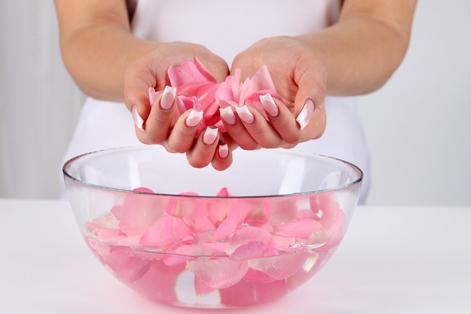 Tự làm nước hoa hồng với 5 bước đơn giản