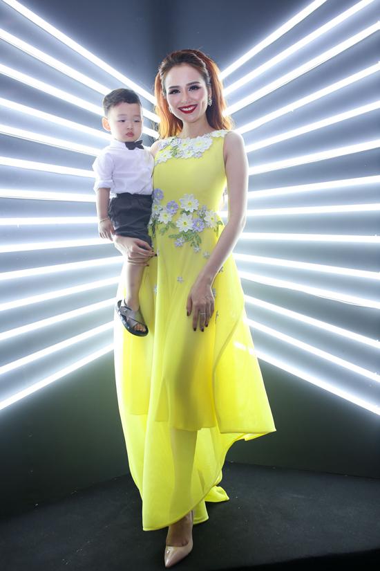 gười đẹp Diễm Hương cũng gây chú ý khi bế con đến thảm đỏ.