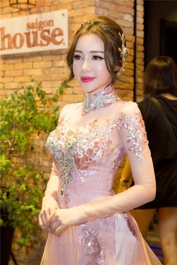 Nhìn những hình ảnh mới đây, ai dám gọi Elly Trần là mỹ nhân.