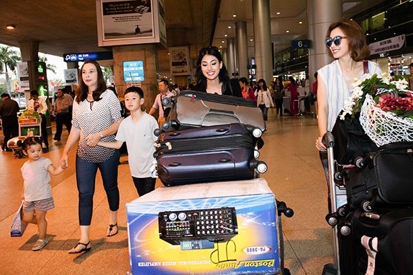 Chiều nay cô em gái của hoa hậu Jennifer Phạm xuất hiện ở sân bay tân sân nhất cùng mẹ và bé Bảo Nam .Về thăm chị gái của mình và cũng muốn thưởng thức và ăn nhiều món ăn ngon ở việt nam trong những ngày tới .