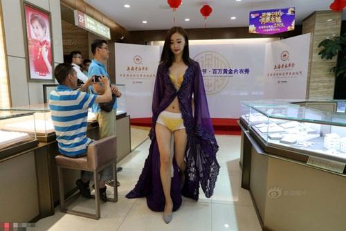 Mặc đồ lót vàng ròng 3,5 tỷ, cô gái Trung Quốc gây sốt