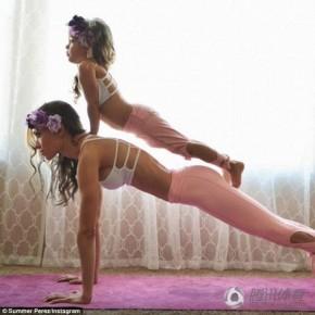 Ngất ngây ngắm mẹ và bé cùng tập yoga
