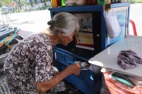Chân dung bà cụ bán nước gần 90 tuổi ở vỉa hè Sài Gòn nói thông thạo 4 thứ tiếng