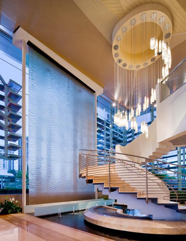 Một thiết kế thác nước nằm ngay dưới chân cầu thang nhà bạn rất tinh tế.