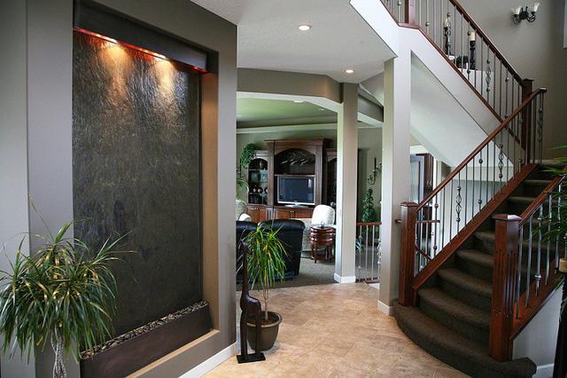 Không chỉ nhà khách bạn cũng có thể sử dụng những tấm thác nước nhân tạo này như một bức tường ngăn cách giữa các không gian.