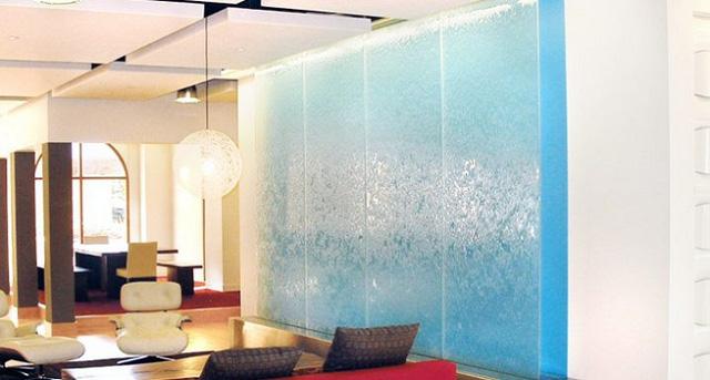 Màu xanh dương được trang trí sau bức thác nước làm bạn liên tưởng ngay đến hình ảnh của đại dương mênh mông.