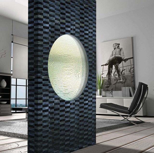 Thiết kế bằng đá cẩm thạch trắng hình tròn có hai lớp, phần giữa thông thoáng để nước chảy qua.