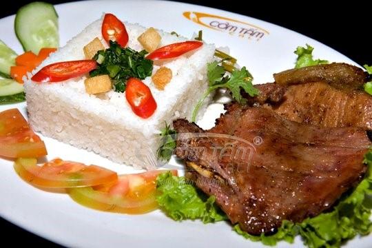 """Cơm tấm Cali là thương hiệu cơm tấm nổi tiếng ở Sài Gòn. Không chỉ có nhiều món cơm tấm ngon miệng, hệ thống cơm tấm Cali còn thu hút thực khách nhờ chỗ ngồi sang trọng, thoáng mát. Đến đây bạn nên thử món """"cơm tấm Cali 7 món"""", trong món này có đủ sườn, bì, chả, ốp la, tàu hủ, tôm thịt, thịt lợn bóp thính và lạp xưởng."""