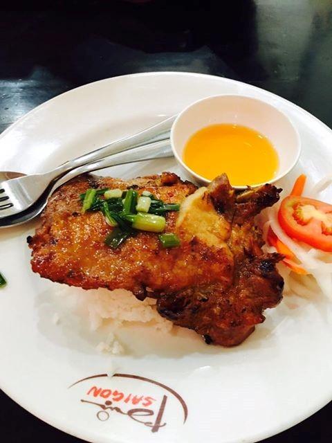 Cơm tấm bụi Sài Gòn nổi tiếng và có nhiều cơ sở ở Sài Gòn. Điều đặc biệt của quán là sườn được ướp và nướng khéo léo, chín ở trong nhưng ở ngoài không hề bị khô. Miếng sườn to, dày phủ trọn đĩa cơm.