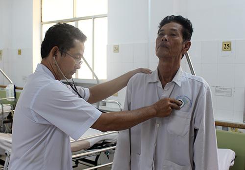 Ông Cự đang được bác sĩ thăm khám sau cơn đột quỵ. Ảnh: Bệnh viện cung cấp